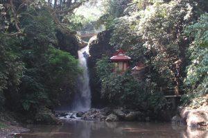 http://tempatwisataunik.com/wp-content/uploads/2016/03/Curug-Dago-dan-Batu-Prasasti-Kerajaan-Thailand-300x199.jpg
