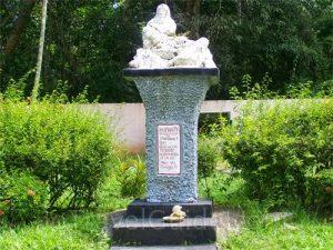 Humanity Statue Tinhn Han Loai