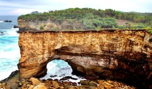Pantai Karang Bolong wisata di pacitan
